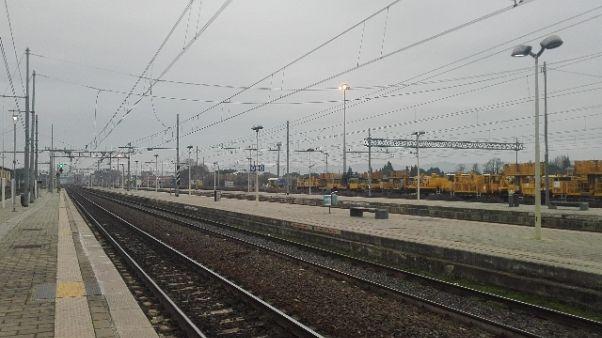 Auto guasta su binari, treni bloccati