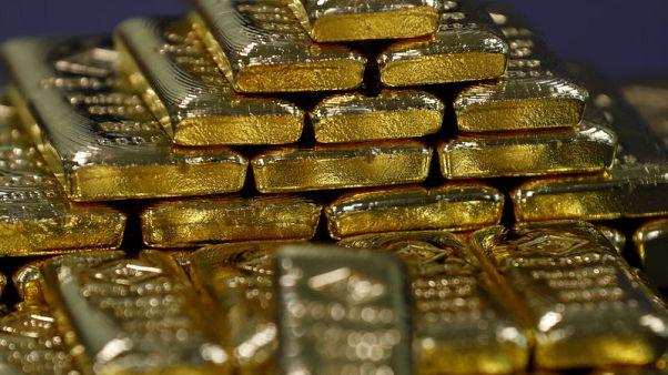 الذهب يهبط مع صعود الدولار وإبقاء المركزي الأمريكي أسعار الفائدة مستقرة