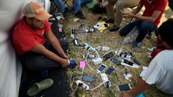 Le téléphone, précieux outil pour les migrants de la caravane