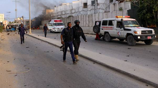 متشددون يقتلون 22 على الأقل في تفجيرات انتحارية وإطلاق نار في مقديشو