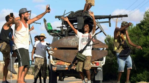 Des soldats libyens célèbrent leur avance vers Tripoli le 25 septembre 2018