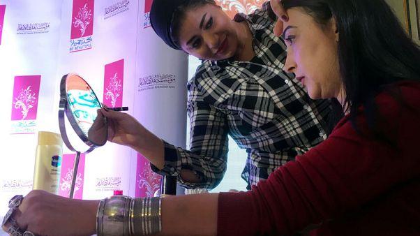"""""""كُن جميلا"""".. مبادرة لتعليم مريضات السرطان في مصر متابعة زينتهن"""