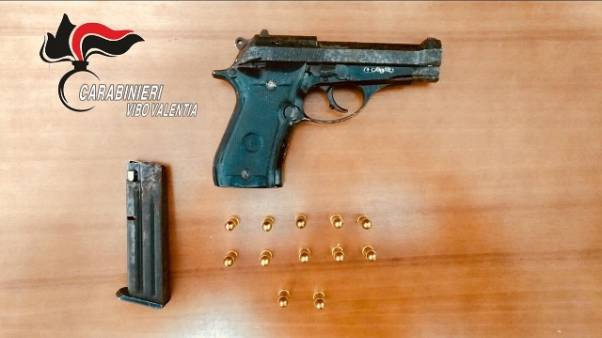 Pistola nascosta in casa, arresto minore
