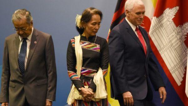 Suu Kyi exposée aux critiques à Singapour, loin de sa tour d'ivoire