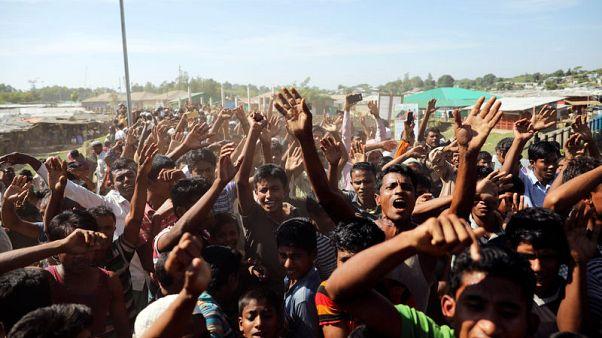 مصادر: الروهينجا يحتجون في بنجلادش وتعليق ترحيلهم لميانمار
