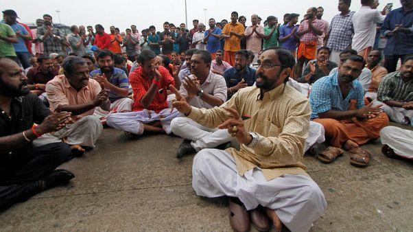 احتجاجات بمطار هندي لمنع ناشطة من دخول معبد كان محظورا على النساء دخوله