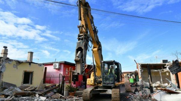 Rome : des bulldozers démolissent les villas kitsch d'un clan mafieux