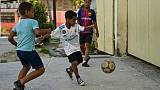 Des enfants cubains jouent au football à La Havane le 19 octobre 2018