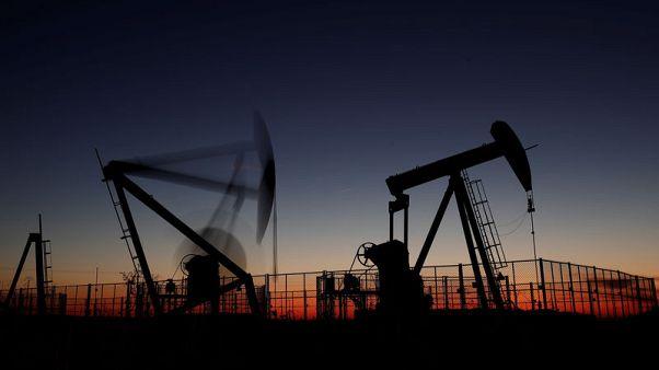 النفط يهبط بفعل ارتفاع مخزون أمريكا لكن حديث أوبك عن خفض الإنتاج يقلص الخسائر