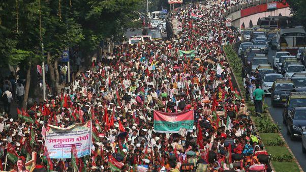 مزارعون يحتجون في مدينة مومباي الهندية للمطالبة بحقوق في أراض وتسهيلات لقروض