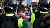 التوتر يحتدم على حدود أمريكا والمكسيك مع انتظار حشود المهاجرين للعبور