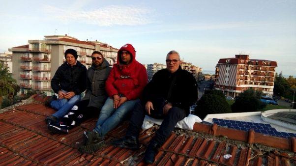 Protesta operai,di nuovo su tetto scuola
