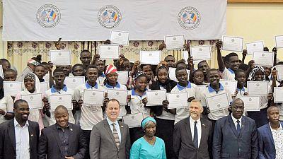 Le Chargé d'affaires Bell félicite les lauréats du programme English Access