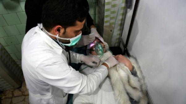 Un médecin soigne une femme dans un hôpital d'Alep, le 24 novembre 2018