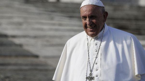 Papa chiede scusa donna sfigurata acido
