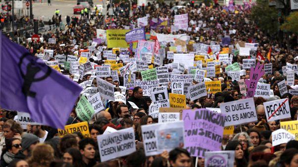 عشرات الآلاف يخرجون في مسيرات بالمدن الإسبانية لنبذ العنف ضد المرأة