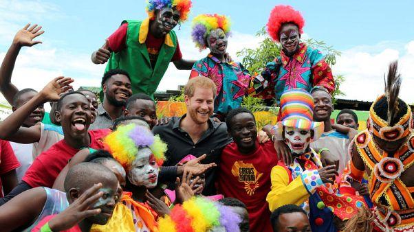 الأمير هاري يزور سيركا في مشروع شباب زامبيا