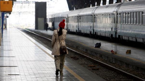 Tenta violenza sessuale su treno, preso
