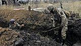 Loi martiale en Ukraine: les soldats creusent des tranchées