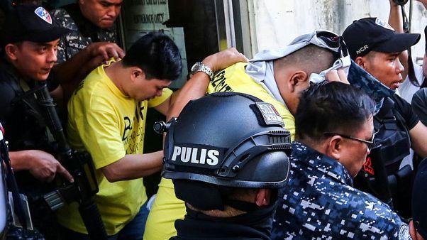 سجن ثلاثة من شرطة الفلبين بعد مقتل طالب في الحرب على المخدرات