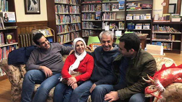 أسر إيرانية فرقها حظر السفر وجمعتها مكتبة على حدود كندا وأمريكا