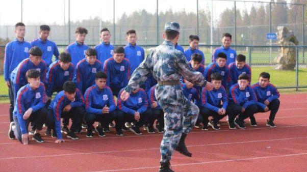 Boule à zéro et ballon rond: le foot chinois part à l'armée