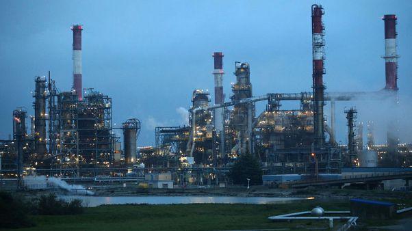 النفط ينخفض لكن آمالا بخفض في انتاج أوبك وروسيا تكبح الخسائر