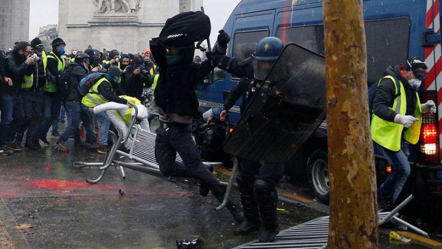 الرئيس الفرنسي يطالب رئيس وزرائه بإجراء محادثات مع المحتجين