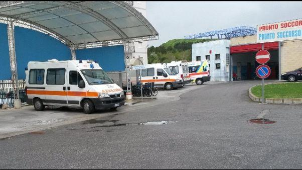 Medico aggredito davanti ospedale, grave