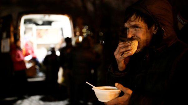 طهاة يقدمون الحساء المجاني للمشردين في شتاء سان بطرسبرغ القارس