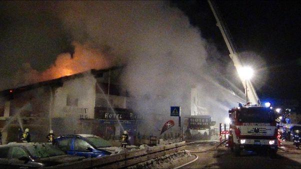 Incendio in albergo, evacuate 40 persone