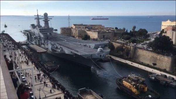 Portaerei Cavour entra in Mar Piccolo