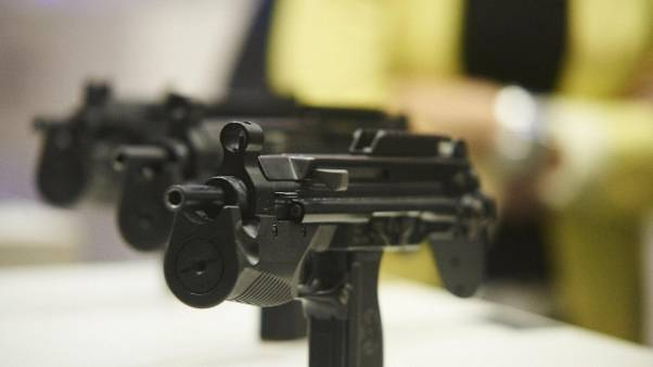 Polizia locale con pistola tipo 'mitra'