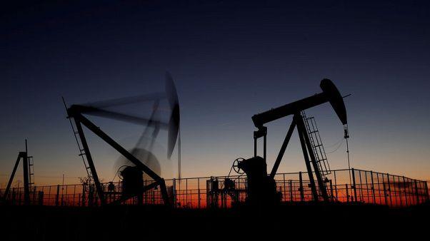 أسعار النفط تقفز بعد اتفاق أوبك وحلفائها على تخفيضات في الإنتاج لكنها تتراجع من أعلى مستوياتها للجلسة