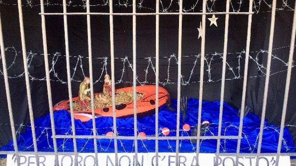 Presepe con profughi su gommone a Milano