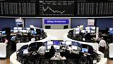المستثمرون يتخلصون من الأسهم الأوروبية وسط مخاطر سياسية