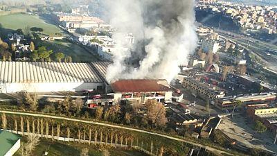 دخان أسود كثيف يغطي سماء روما جراء حريق في مكب قمامة