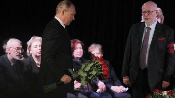 Critics label Putin a hypocrite for attending veteran dissident's wake