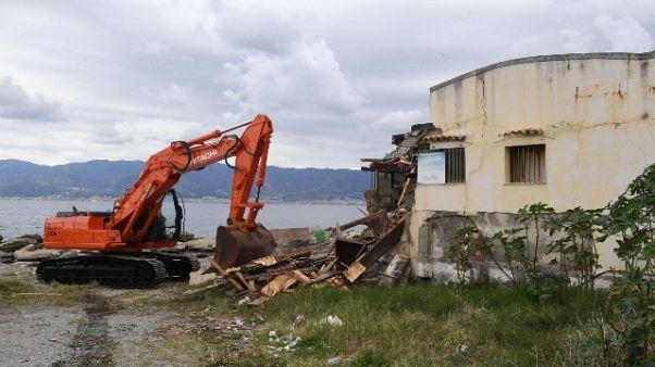 Demolito stabile abusivo a Reggio C.