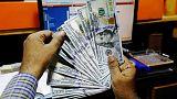 الدولار يتراجع بفعل القلق من استمرار إغلاق الحكومة الأمريكية