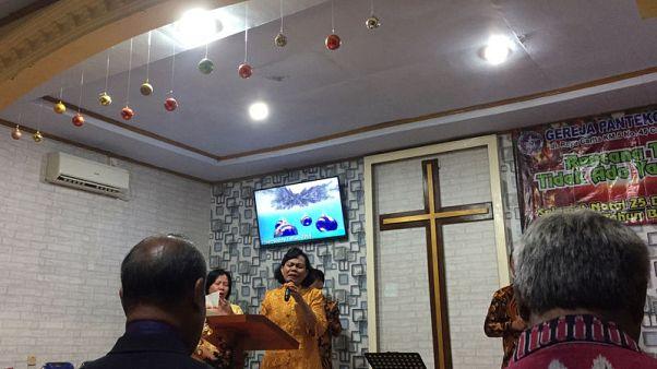 الناجون من تسونامي إندونيسيا يقيمون صلاة مع قداس عيد الميلاد