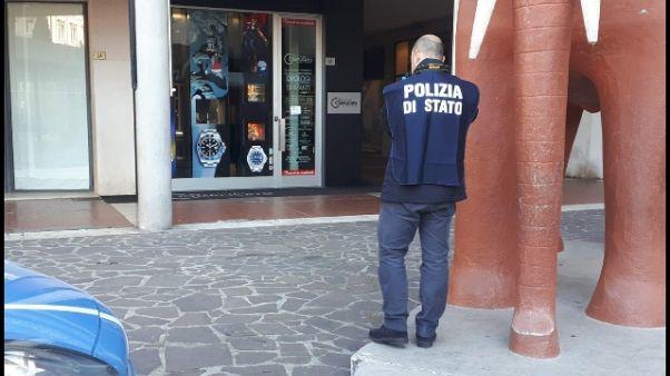 Rapina in boutique orologi a Pescara