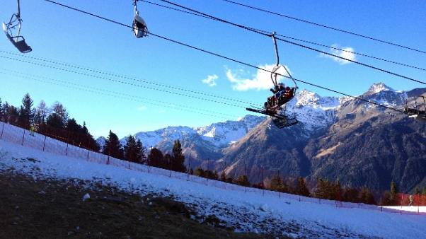 Cade albero, sciatori fermi in seggiovia