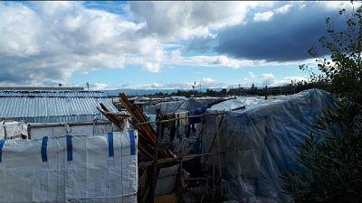 Incendio rifiuti in baraccopoli migranti
