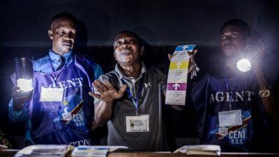 Comptage des votes dans une école de Kinshasa le 30 décembre 2018