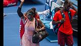 Serena Williams saluta con una vittoria