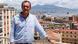 رئيس بلدية نابولي يعلن استعداده لتحدي وزير الداخلية والسماح بدخول سفينة مهاجرين