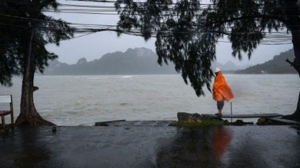 Thaïlande: des centaines de touristes bloqués sur les îles par la tempête Pabuk