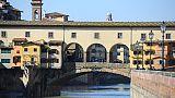 Scrive nome su Ponte Vecchio, denunciata
