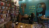 مقهى فيروز بجنوب العراق يثير الحنين إلى الشام